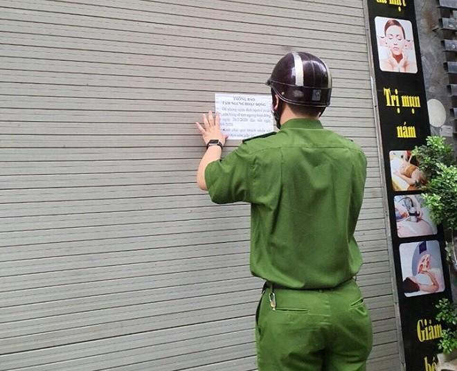 Lực lượng công an cơ sở thường xuyên dán các thông báo mới về dịch bệnh
