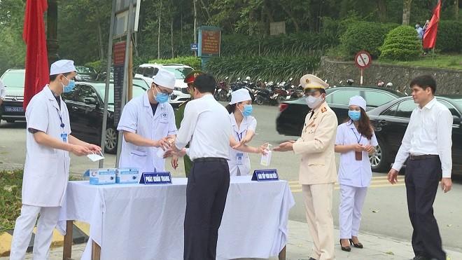 Các đại biểu tuân thủ các quy định sát khuẩn trước khi thực hiện lễ dâng hương