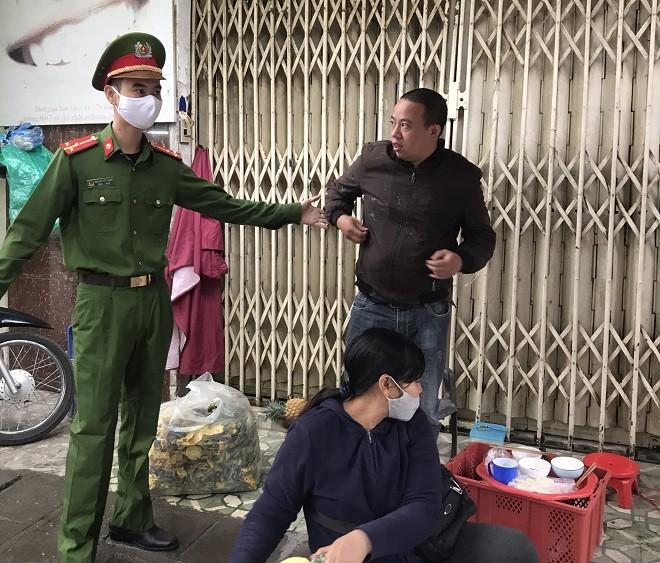 Lực lượng chức năng đã mời một số người không đeo khẩu trang về trụ sở để xử lý theo quy định