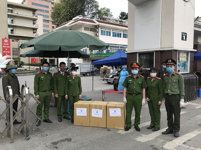Các CBCS làm nhiệm vụ tại cổng Bệnh viện Bạch Mai đón nhận món quà ý nghĩa