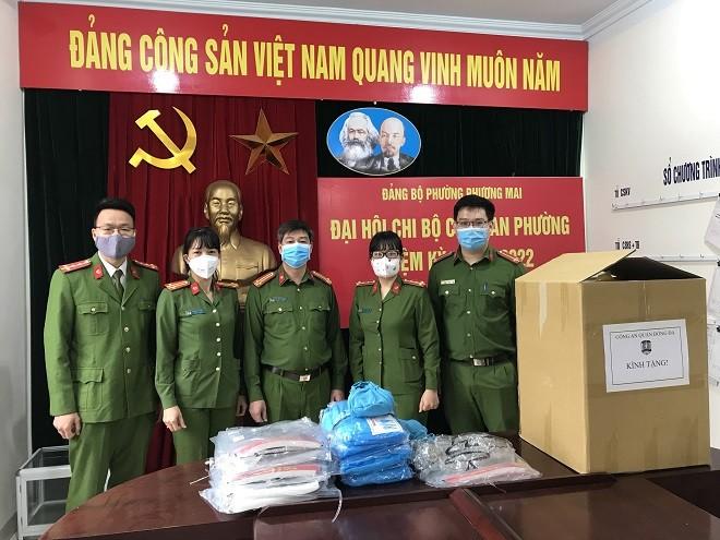 Đoàn Thanh niên và Hội Phụ nữ Công an quận Đống Đa trao tặng quà cho Công an phường Phương Mai