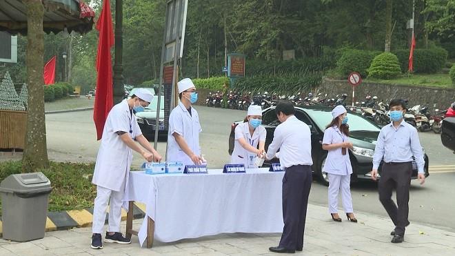 Lực lượng chức năng được bố trí để kiểm tra thân nhiệt, kê khai y tế
