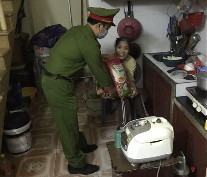 Những người có hoàn cảnh khó khăn được quận Thanh Xuân quan tâm, chăm lo