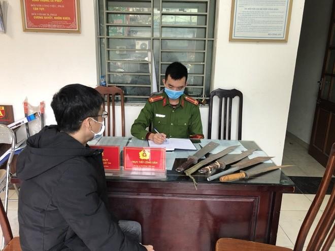 Công an phường Thịnh Quang tiếp nhận thu hồi một số vũ khí thô sơ do người dân giao nộp