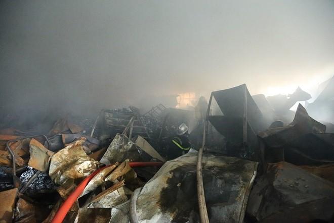 Lực lượng Cảnh sát PCCC tiếp cận bên trong khu vực cháy