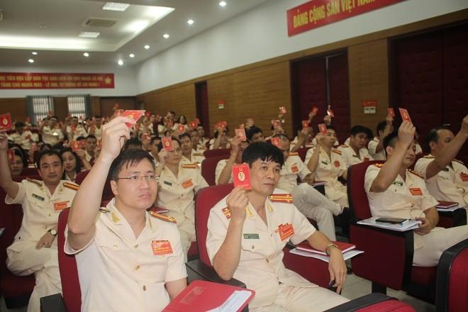 Các đại biểu tham gia Đại hội biểu quyết