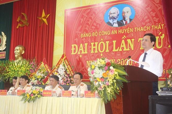 Đồng chí Phạm Qúy Tiên - Thành ủy viên, Bí thư huyện ủy chúc mừng các thành tích, kết quả Công an huyện Thạch Thất đã đạt được trong nhiệm kỳ vừa qua
