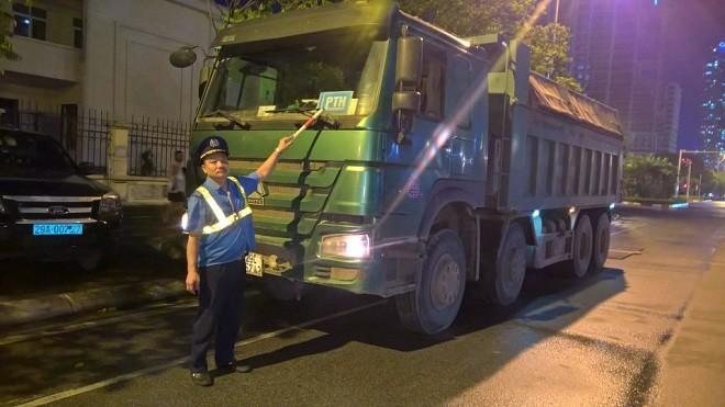 Đội Thanh tra giao thông vận tải quận Cầu Giấy xử lý các trường hợp vi phạm trong tối 1-6