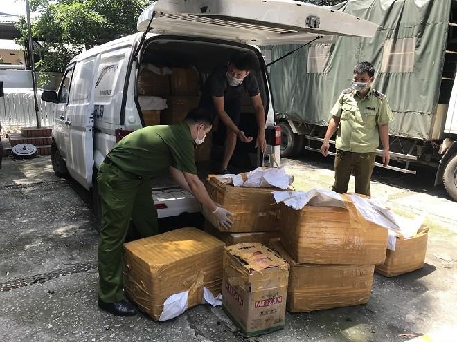 Đội Cảnh sát kinh tế Công an quận Đống Đa và lực lượng QLTT số 4 phát hiện xe tải chở hàng hóa không rõ nguồn gốc