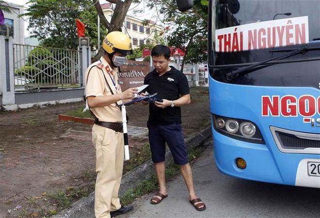 Lực lượng chức năng nhắc nhở, hướng dẫn người điều khiển phương tiện chấp hành quy định đảm bảo trật tự, an toàn giao thông