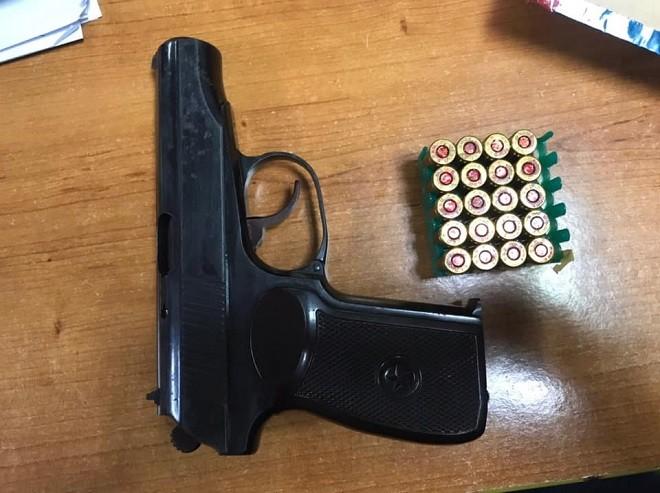 Súng và đạn được thu giữ tại nhà của đối tượng Tiện
