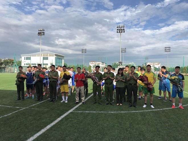 Ban tổ chức trao cờ lưu niệm cho các đơn vị tham gia giải bóng đá mini năm 2020