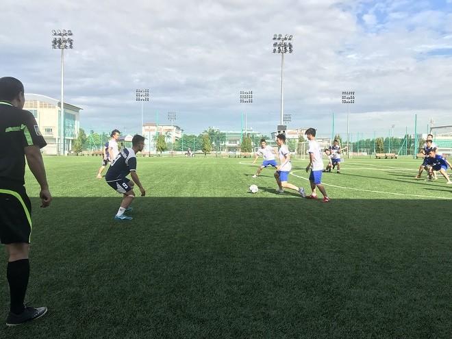 Các cầu thủ của Cụm thi đua số 5 tranh tài trên sân cỏ