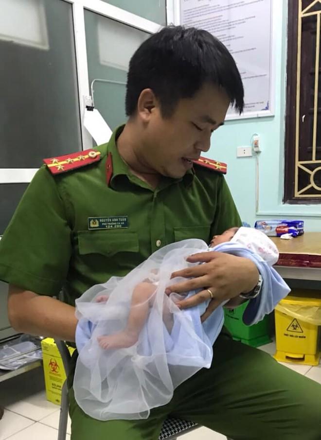 Lực lượng Công an cùng người dân chăm sóc bé trai bị bỏ rơi