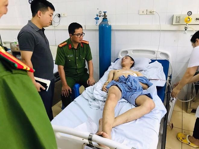 Thượng tá Nguyễn Thành Long, Trưởng Công an quận Nam Từ Liêm cùng đoàn công tác thăm hỏi động viên nam thanh niên bị tên cướp tấn công