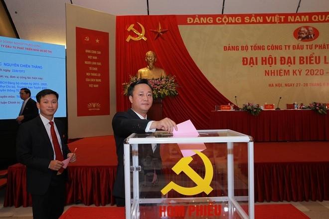 Các đại biểu bỏ phiếu bầu Ban Chấp hàng Đảng bộ Tổng Công ty HUD