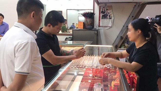 Cơ quan Công an dẫn giải đối tượng Nguyễn Khắc Hải đi thực nghiệm hiện trường vụ cướp giật tài sản tại tiệm vàng Sông Giang