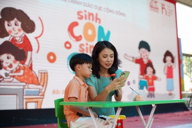 """Phụ huynh cùng các em thiếu nhi tỉnh Bắc Giang tham dự chương trình """"Sinh Con, Sinh Cha"""""""