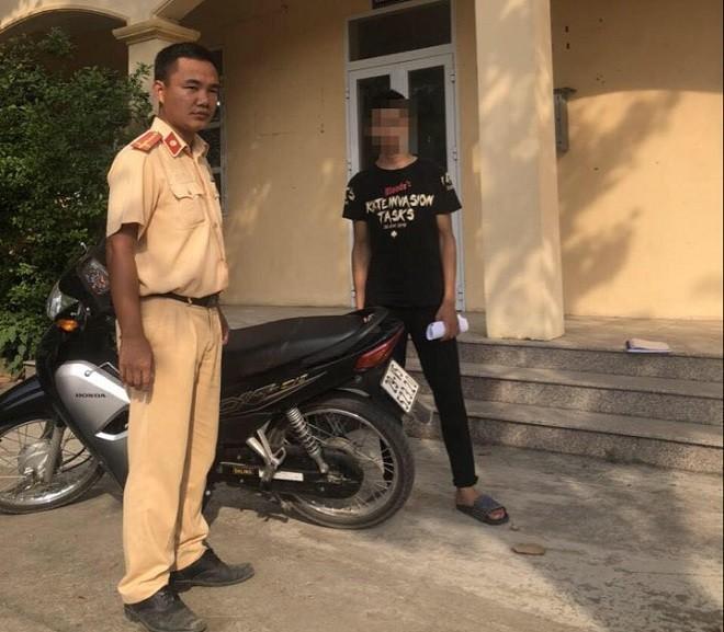 """Công an huyện Thạch Thất xử phạt hành chính nam thanh niên điều khiển xe máy """"bốc đầu"""""""