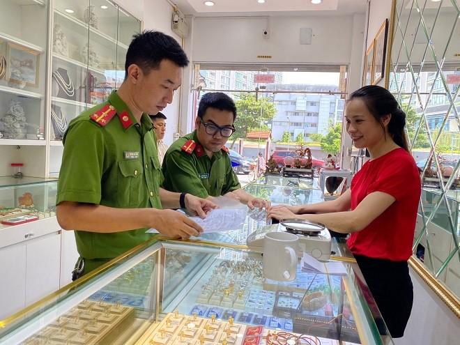 Công an phường Ngọc Khánh tăng cường công tác tuyên truyền phòng ngừa tội phạm tại các hiệu vàng trên địa bàn