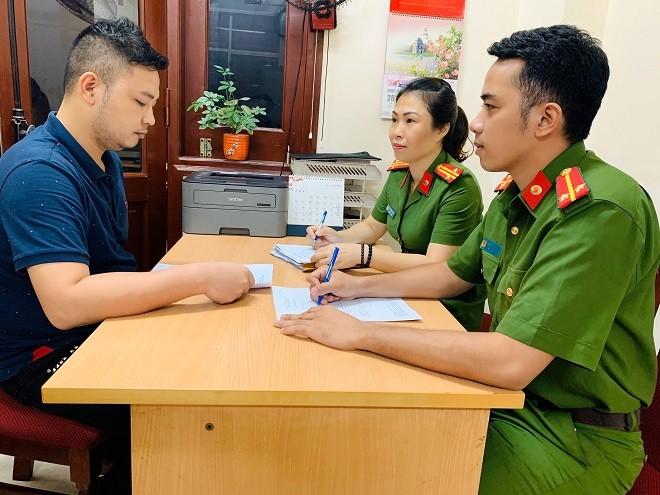 Cơ quan CSĐT - Công an quận Đống Đa lấy lời khai của Nguyễn Chí Nhân