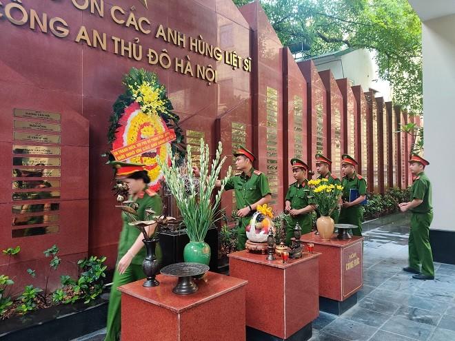 Đoàn dâng hương tại Đài Tưởng niệm các Anh hùng, liệt sỹ CATP Hà Nội (67 Lý Thường Kiệt, Hà Nội)