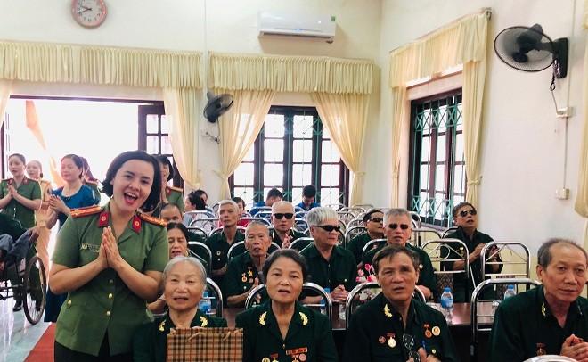 Phụ nữ Công an Thủ đô tri ân các thương binh, liệt sỹ