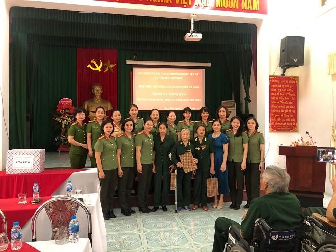 Hội Phụ nữ Công an Hà Nội thăm Trung tâm điều dưỡng thương binh Duy Tiên