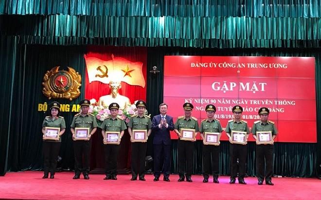 Đồng chí Bùi Trường Giang, Phó Trưởng ban Tuyên giáo Trung ương trao kỷ niệm chương Vì sự nghiệp tuyên giáo cho lãnh đạo, cán bộ thuộc Bộ Công an