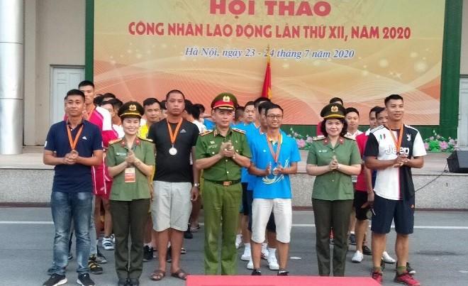 Ban Tổ chức trao huy chương cho các vận động viên tham gia hội thao
