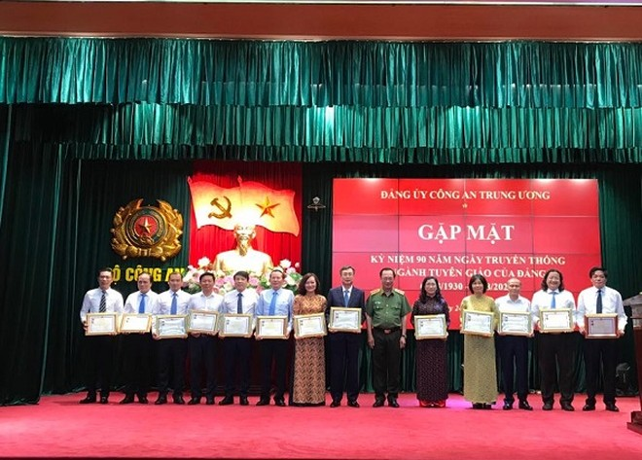 Bộ Công an trao kỷ niệm chương Vì an ninh Tổ quốc của Bộ Công an cho 21 cá nhân thuộc Ban Tuyên giáo Trung ương