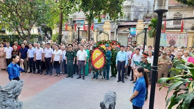Lễ dâng hương tri ân các anh hùng liệt sỹ tại Đài tưởng niệm phường Nhân Chính