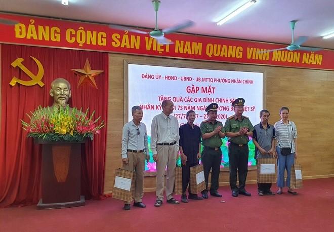 Đại diện lãnh đạo hai đơn vị tặng quà các gia đình chính sách