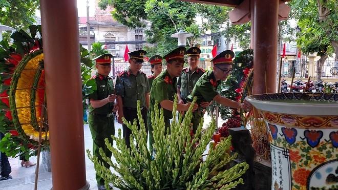 Đoàn Thanh niên Thanh tra Bộ Công an và Đội Cảnh sát hình sự Công an quận Thanh Xuân dâng hương tưởng nhớ các anh hùng liệt sỹ