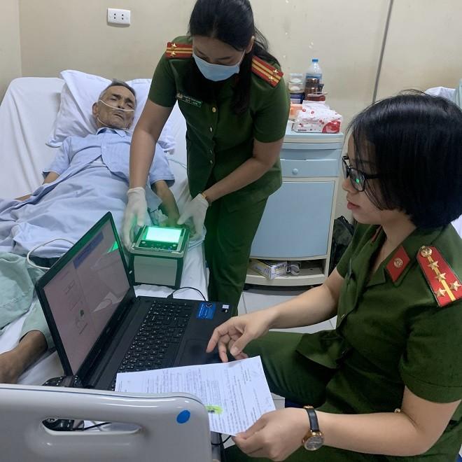 Các cán bộ chiến sỹ Công an quận Thanh Xuân đến bệnh viện làm thủ tục cấp căn cước công dân cho người dân