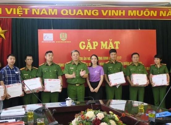 Đại tá Nguyễn Đình Chiến - Trưởng Công an quận Hoàng Mai tặng quà các cán bộ chiến sỹ là thương binh, thân nhân liệt sỹ