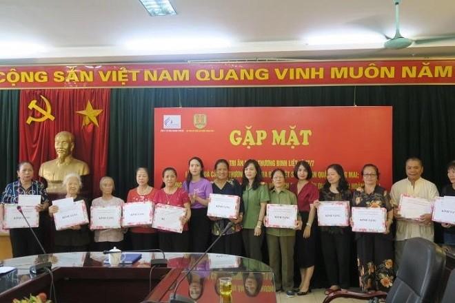 Đại diện Hội Phụ nữ Công an quận trao quà tặng các gia đình thương binh liệt sỹ