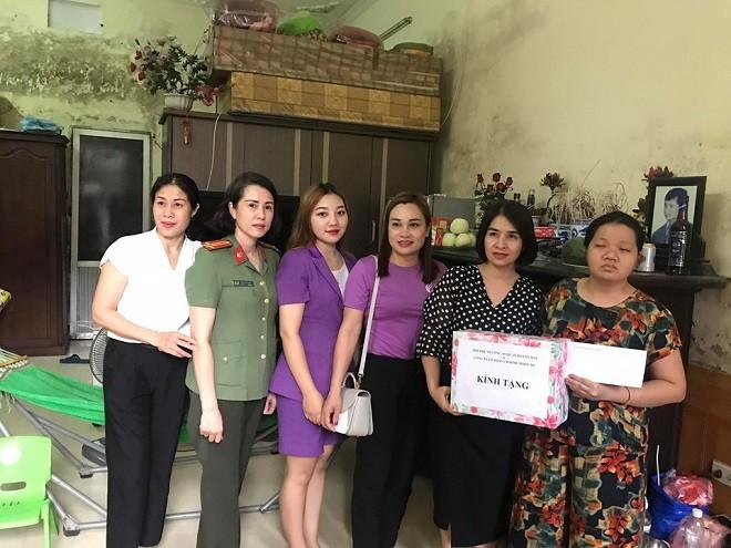 Đoàn công tác Công an quận thăm và tặng quà gia đình bà Nguyễn Thị Luyến