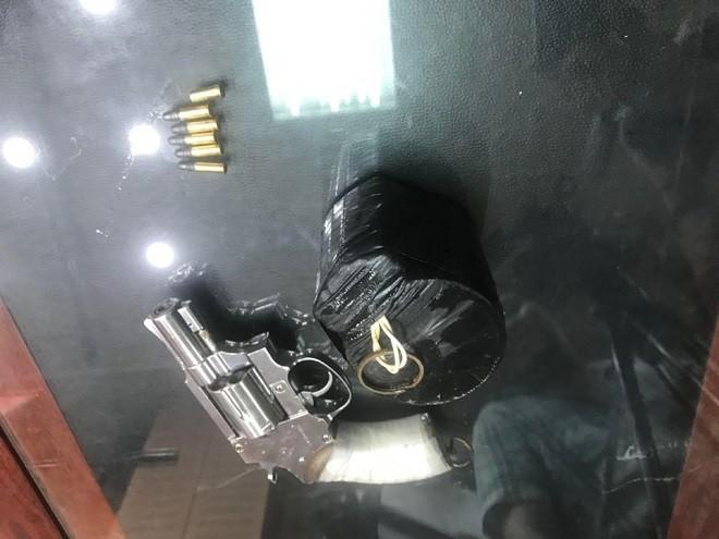 Khẩu súng và túi thuốc nổ giả được các đối tượng sử dụng để cướp ngân hàng