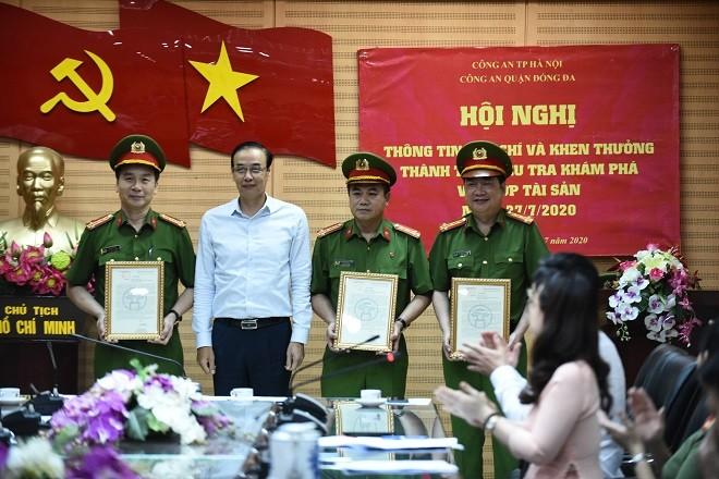 Ông Đào Đức Toàn trao Thư khen của Ủy viên Bộ Chính trị, Bí thư Thành ủy Hà Nội - Vương Đình Huệ cho các đơn vị khám phá nhanh vụ án cướp tiền tại Ngân hàng BIDV Chi nhánh Ngọc Khánh