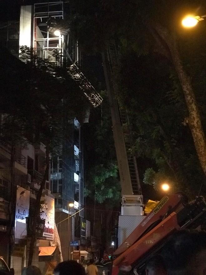 Giàn cẩu bị sập gãy khiến nhiều công nhân rơi từ tầng cao xuống đất