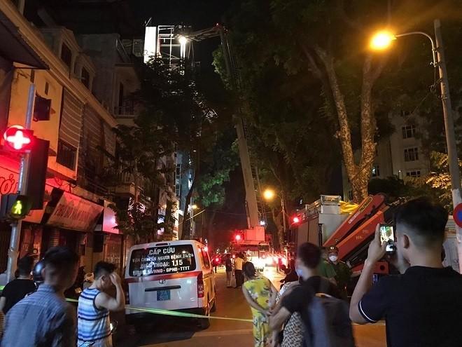 Lực lượng cứu hộ cứu nạn và xe cấp cứu được điều đến hiện trường hỗ trợ công tác tìm kiếm nạn nhân