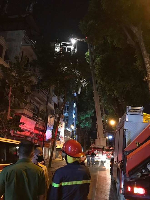 Nhiều xe cứu hộ cứu nạn nhanh chóng tới hiện trường