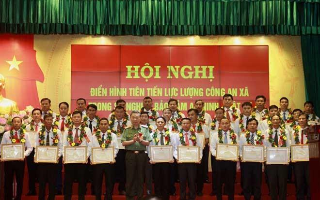 Đại tướng Tô Lâm, Ủy viên Bộ Chính trị, Bí thư Đảng ủy CATƯ, Bộ trưởng Bộ Công an trao Bằng khen của Bộ Công an cho các điển hình tiên tiến
