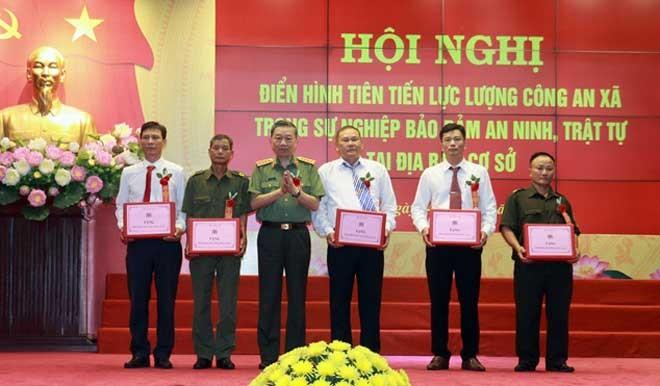 Bộ trưởng Bộ Công an tặng quà 5 đồng chí Công an xã thương binh là đại biểu điển hình tiên tiến