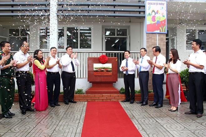 Các đại biểu tại lễ gắn biển công trình Trường Tiểu học Mai Động