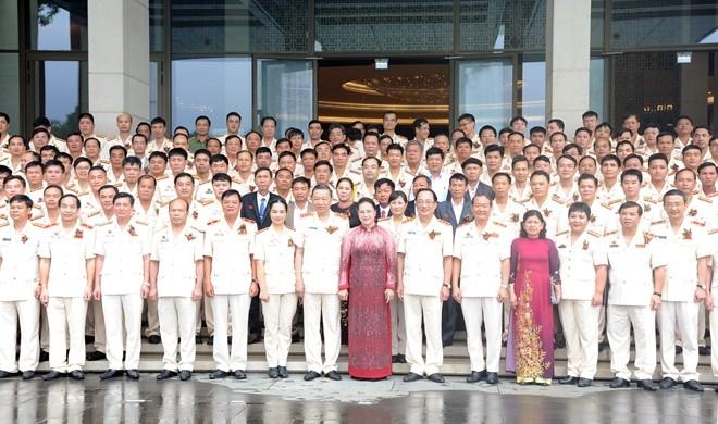 Chủ tịch Quốc hội Nguyễn Thị Kim Ngân và Bộ trưởng Tô Lâm chụp ảnh lưu niệm cùng đại diện các gương điển hình tiên tiến trong CAND