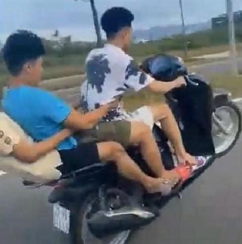 Hình ảnh nhóm thanh niên kẹp ba bốc đầu xe