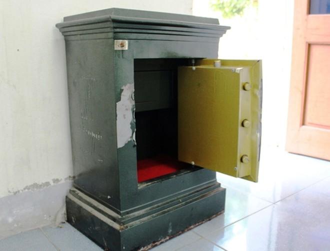 Một trong những chiếc két sắt mà nhóm trộm cạy phá để lấy tài sản