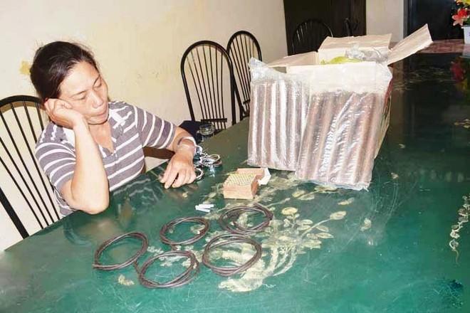 Người phụ nữ bị bắt khi mang 60 thỏi thuốc nổ đi bán ảnh 1